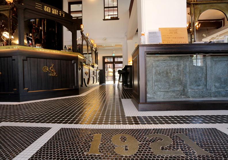 咖啡廳的地磚為小口磚,呈現當時工業化的風格。