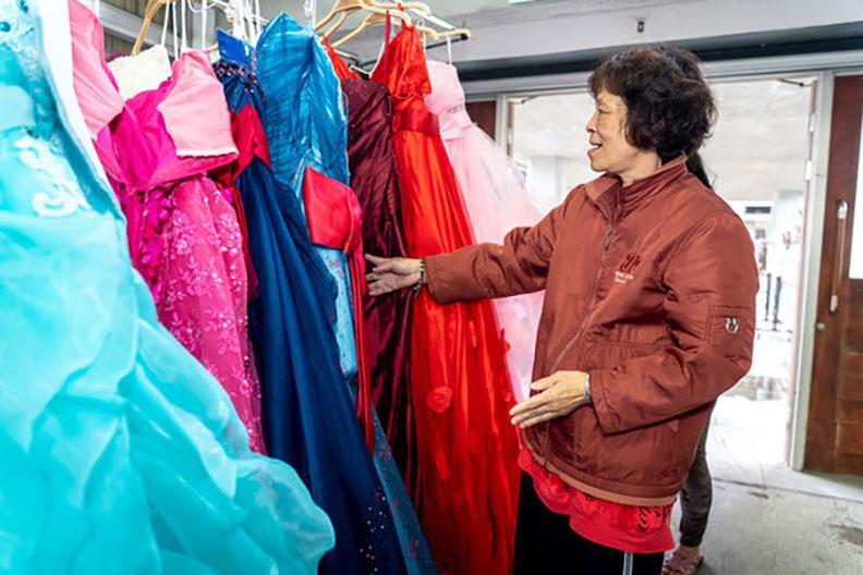 媽媽住民開心地挑選禮服款式。