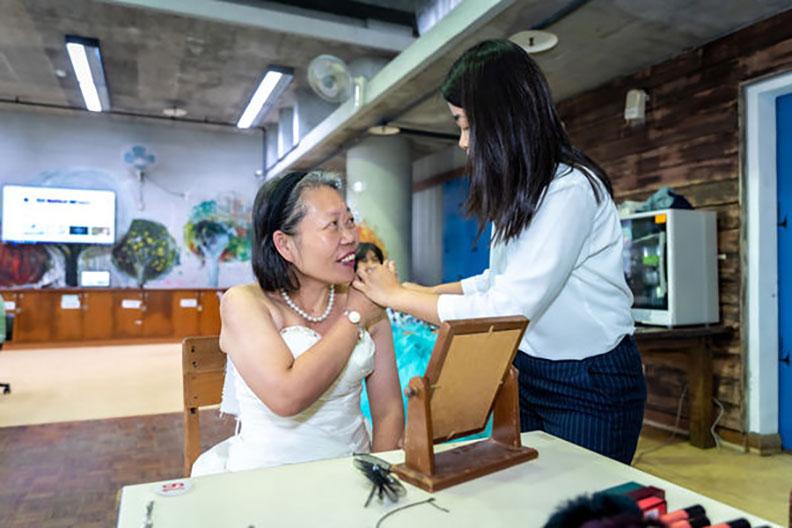 防疫期間人手不足,企劃石淑燕親自上陣打點住民妝髮。