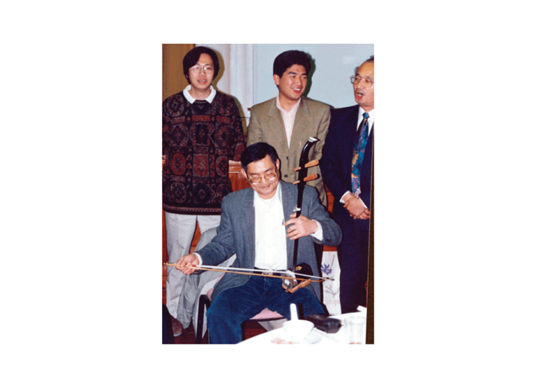 發叔拉二胡,後排左二為民主黨議員單仲偕(灼見名家圖片)