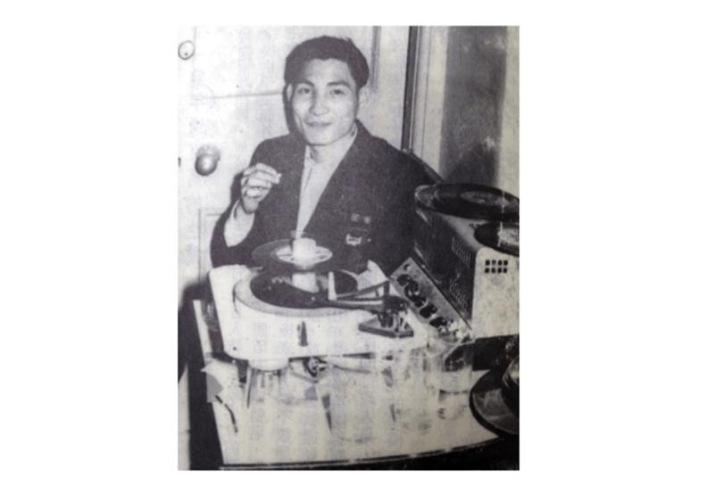 1959年發叔為學生會舞蹈組同學「打碟」 (灼見名家圖片)