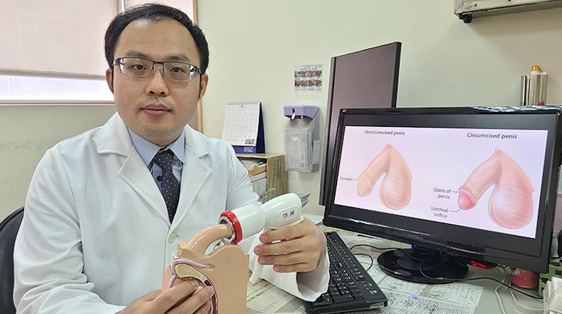近年台灣已引進新型一次性包皮環切吻合器(又稱包皮槍),同時可以執行切割和傷口縫合,手術過程僅需10分多鐘;黃旭澤醫師提供。