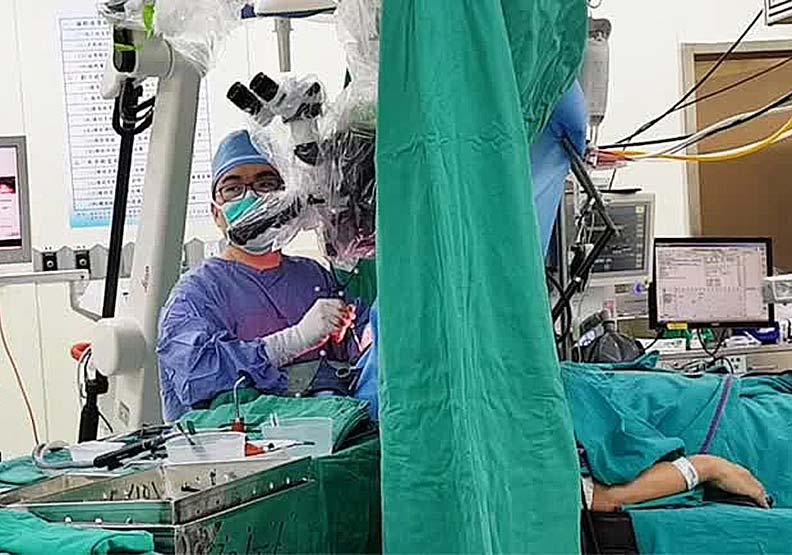 補教名師邊接受腦瘤手術邊解題,醫:切太多切太少都棘手