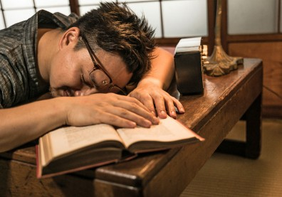 午休趴睡後打嗝好難受!醫師分享午睡 2 原則減少胃腸壓迫