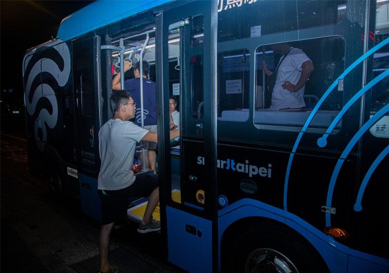 自駕公車6月29日凌晨開放各界試乘。池孟諭攝