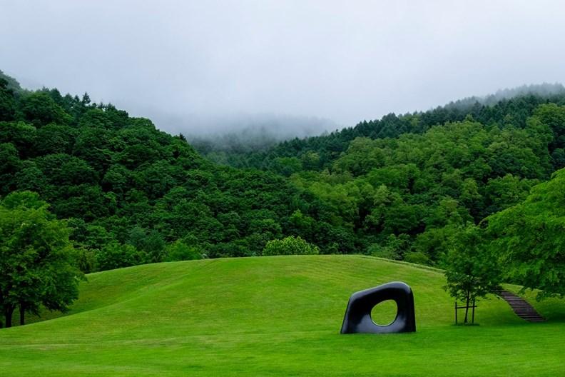 安田侃彫刻美術館善用校園原有的戶外美景。(圖片取自臉書)