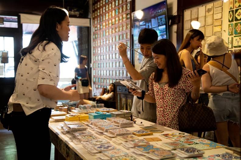 花磚博物館可體驗 DIY 製作及購買周邊文創商品。