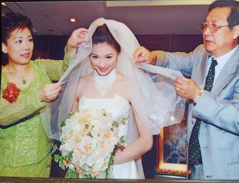 林書煒到現在都留著父母送她出閣的照片;摘自臉書。