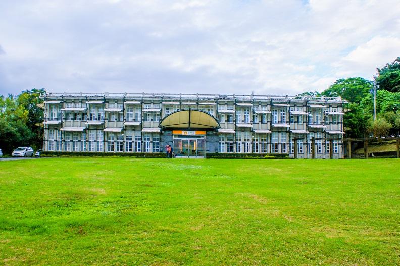 鶴岡遊客中心前方有遼闊美麗的草皮,吸引許多家庭親子、毛小孩共遊休憩。照片提供:花東縱谷國家風景區。