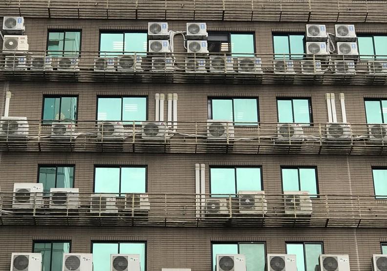 行政院放話兩年內中小學「人人有冷氣」,但電費誰來付?
