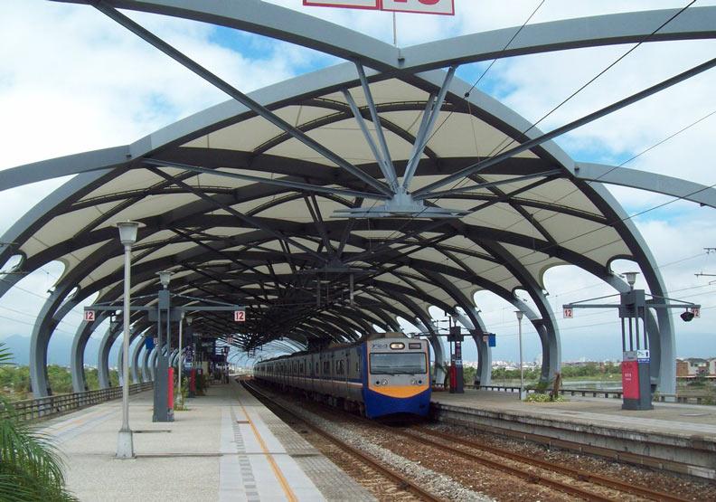 宜蘭縣冬山火車站獨特的「瓜篷式」月台設計。