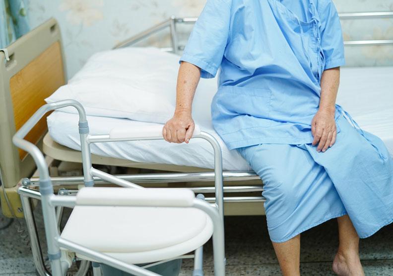 長期臥病的最後人生路,會是我們想要的嗎?圖片來自Shutterstock