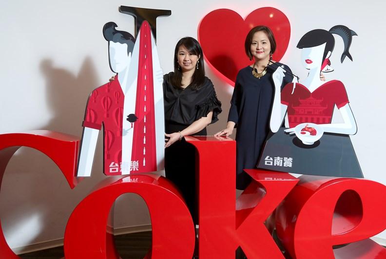 可口可樂台灣分公司行銷總監蕭育芬(左)及太古可口可樂公司業務暨行銷總監胡玲瑄。