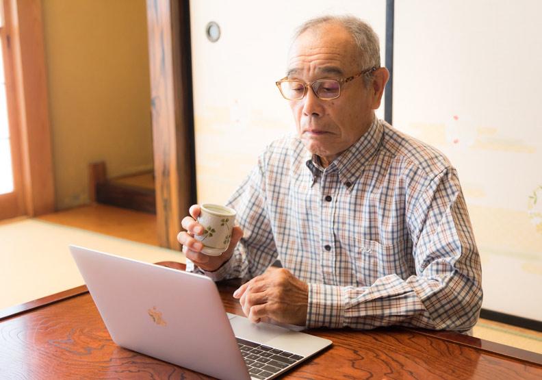如今,會用電腦已是上班族必備能力,連銀髮族都要學。圖片來自Pakutaso