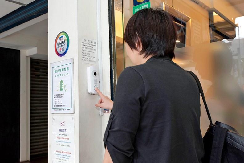 透過雲對講系統,房客可按鈕與雲端櫃檯對話。