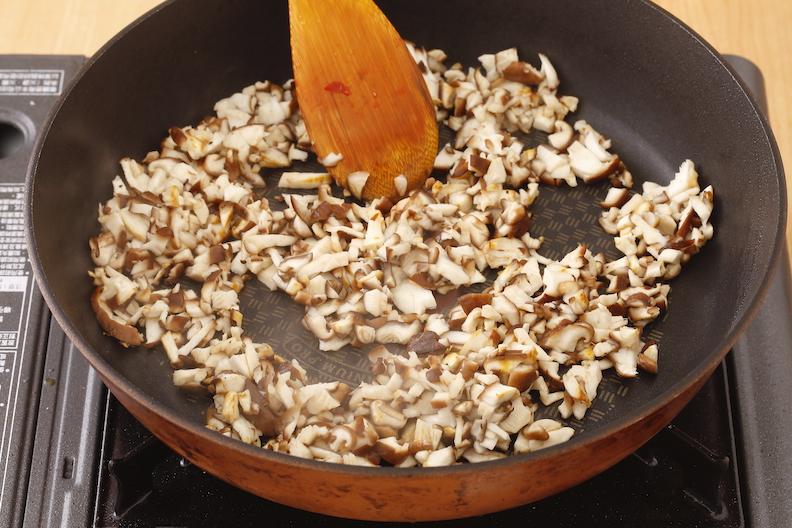 將香菇丁炒香後,倒出備用。