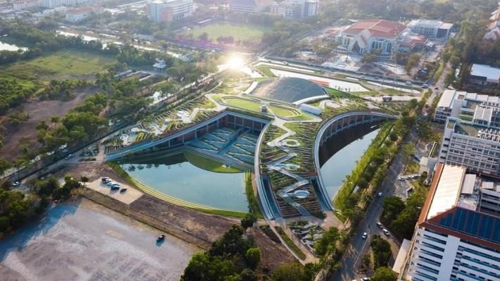 綠色屋頂的整體設計採用H形,並以區塊堆砌成梯狀。圖片來源:LANDPROCESS粉絲專頁