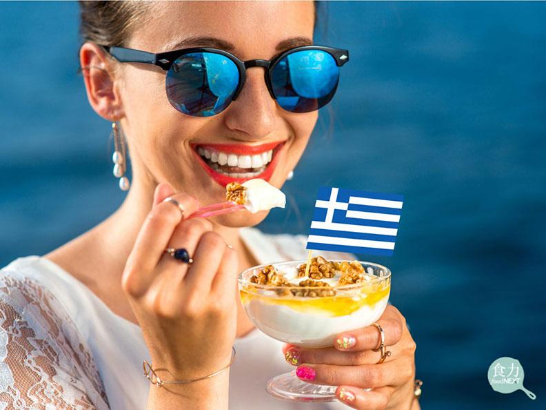 希臘優格的質地濃厚,吃起來口感綿密。