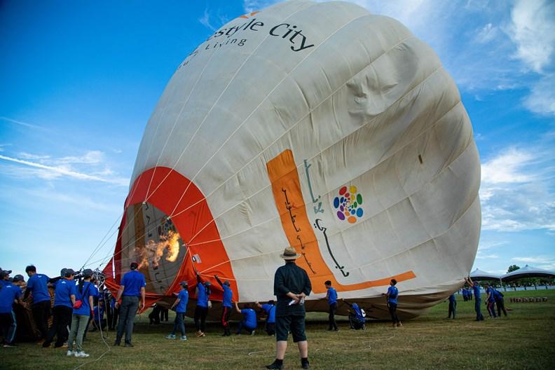 熱氣球施放不僅需要高度專業和大量人力,更受周遭氣候與地形的影響。