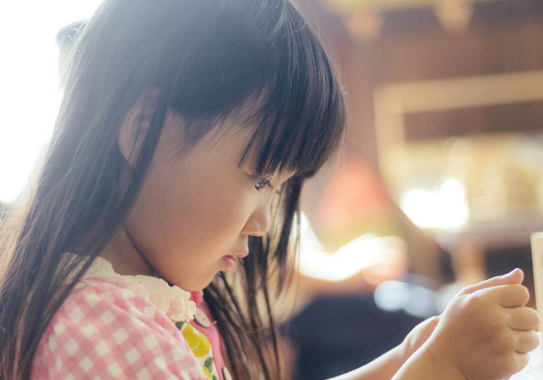 沒有比培養孩子熱愛閱讀習性更好的事了。情境配圖,來自pakutaso