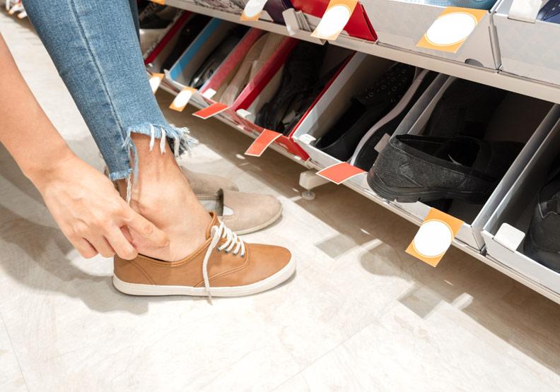 挑鞋日夜差異大!長期穿不合腳鞋,當心腳趾彎曲變形