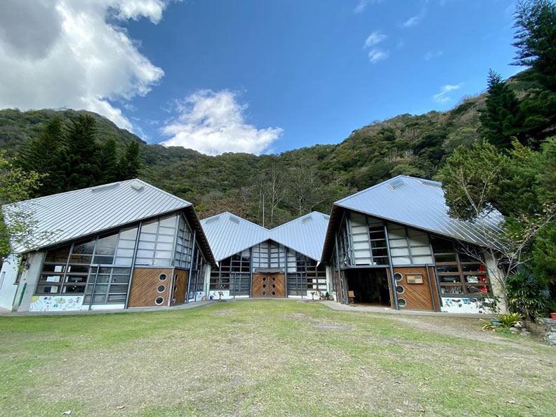 西寶小學的綠建築教室,在群山之下特別美。圖片來源:IG_ky_3is_200t