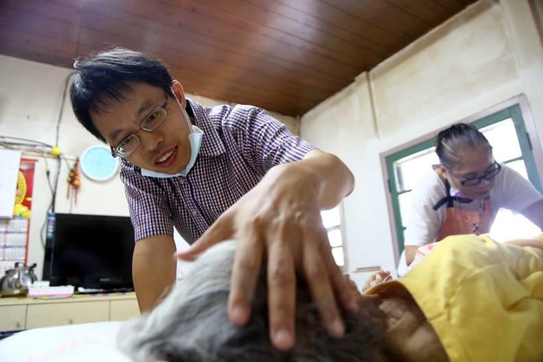 從安寧病房走入社區的熱血醫師余尚儒。