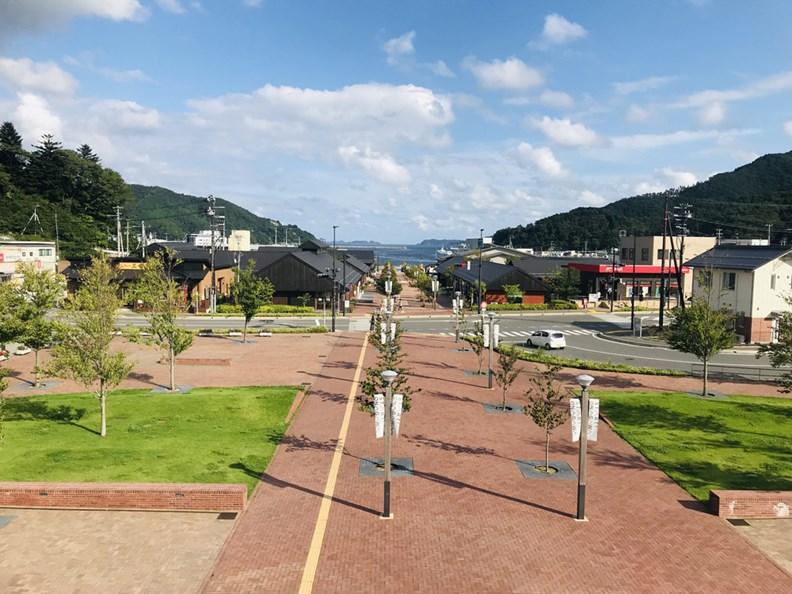 車站前方是新建的商店街「Seapalpia女川」。