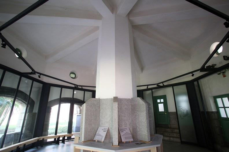 建於1919年的八角樓男廁。