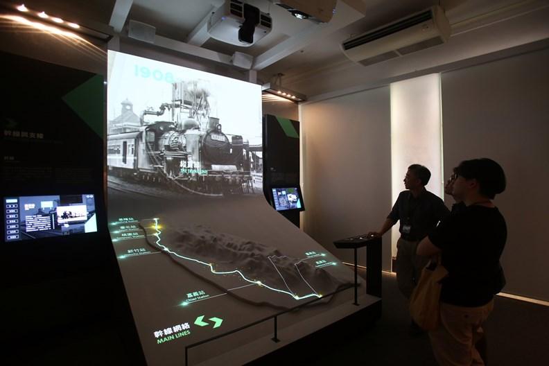 遊客可從展覽內容一窺過去百年的鐵道進化軌跡。