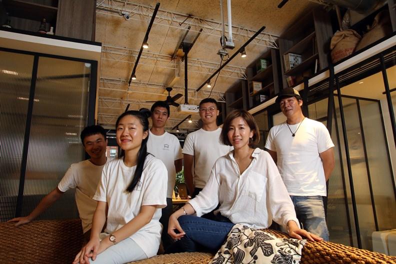 半伴經營團隊及創辦人陳建福(右後)。