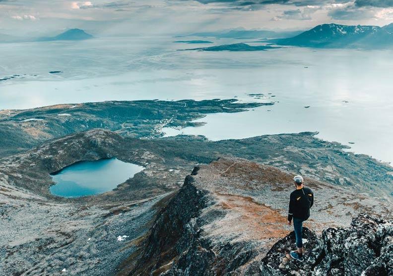 跨出舒適圈後,每一步都像是攀登高山,險阻重重,但一回望人生視野已全新開展。圖片來自Pexels
