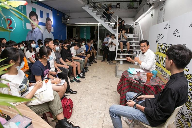 在競選總部與「高雄學生民主聯盟」的學子互動。