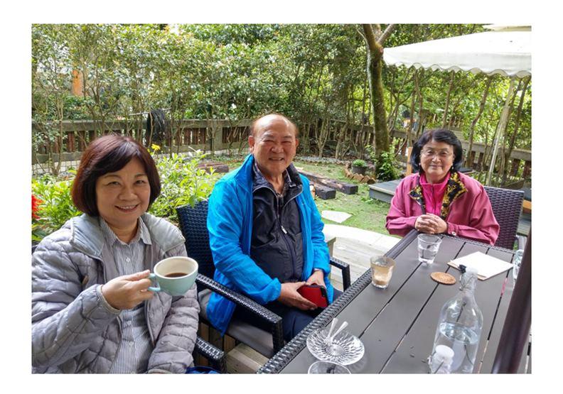 作者(左)與王澤鑑教授(中)茶敘合照,陳美伶提供。