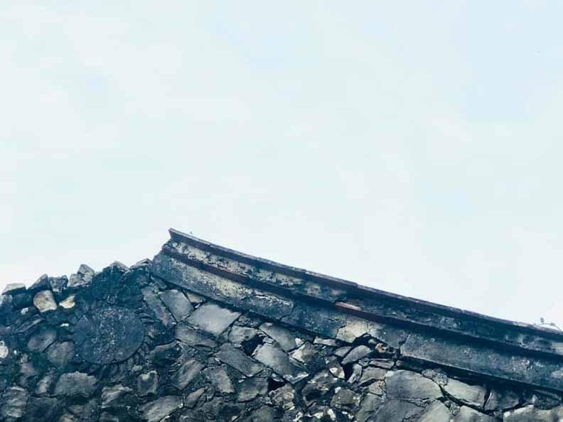 樓仔厝有火型山牆及非常罕見的石雕太陽圖騰,推估受到平埔族自然崇拜信仰影響。