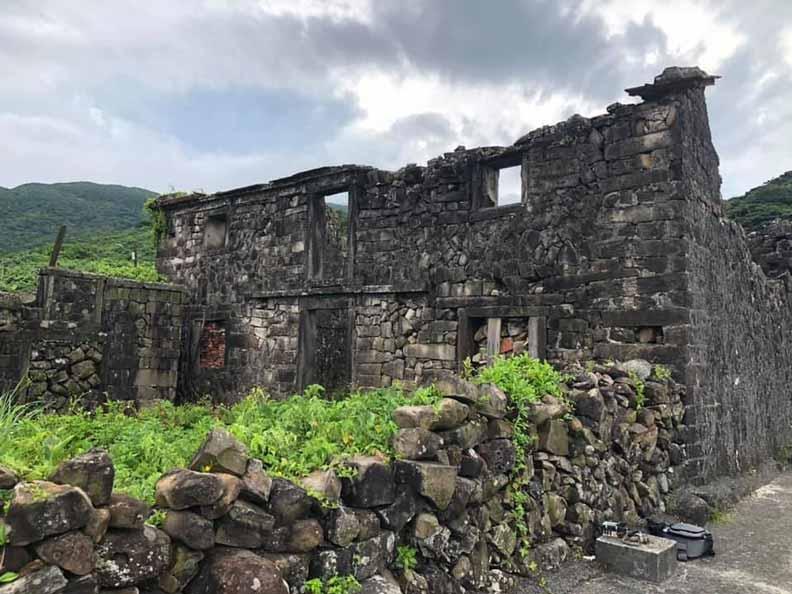 吳家樓仔厝約有140年歷史,罕見的雙層石頭屋建築,沿海類型目前僅知此棟。