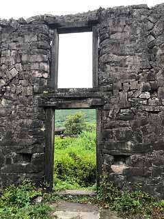 樓仔厝以石壘疊構,就地取材,展現時代的痕跡。