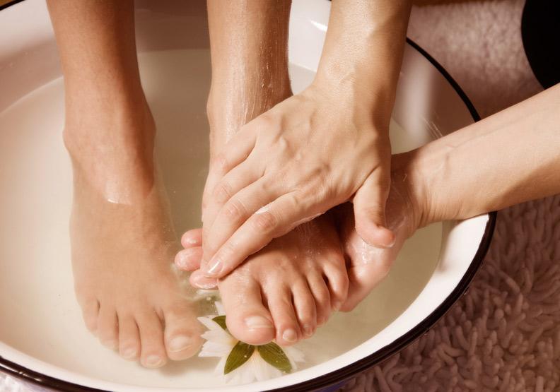 足浴,也能帶動全身循環。取自shutterstock