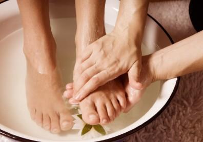 夏天泡腳有助排出濕氣,促進睡眠!中醫:可用藿香、紫蘇葉代替桂皮與生薑
