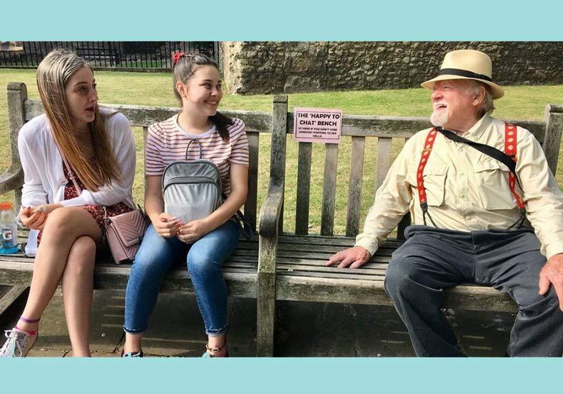 向旁人說「嗨」的長椅閒聊運動,讓英國長者更開心!