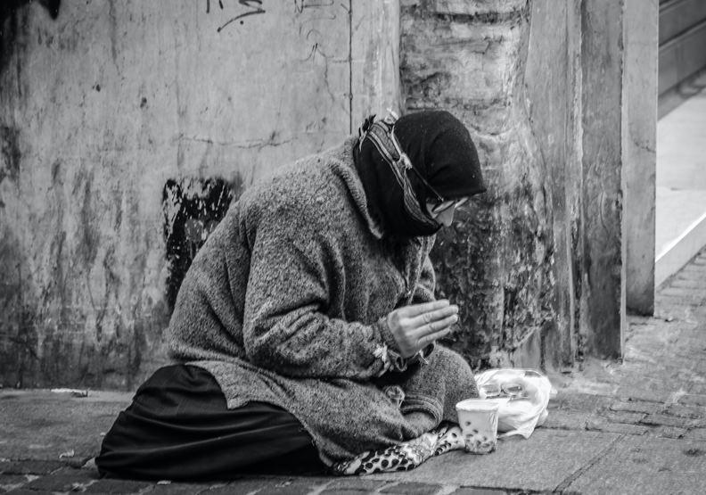 在街邊乞討的窮人,僅為情境配圖。來自Pexels