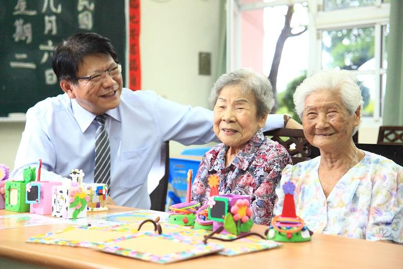 以「共老」取代「獨老」,是屏東縣長潘孟安想像中的幸福長照藍圖。