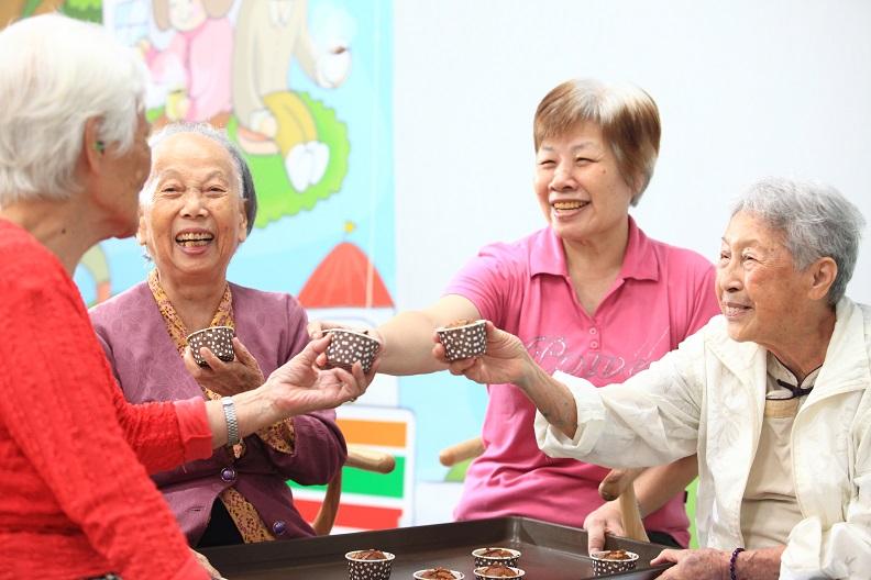 各關懷據點提供的動態及靜態課程,為長輩們開啟了新的生命舞台。