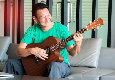 50歲後學樂器也很棒!教授:只要反覆練習,就能活化大腦