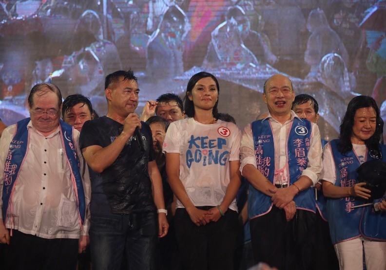 李眉蓁選前之夜,國民黨黨主席江啟臣(左二)和高雄市前市長韓國瑜(右二)均協助站台。圖片取自李眉蓁臉書