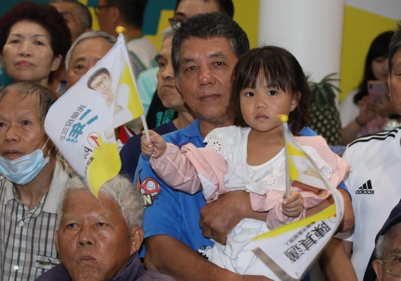 今日補選下午下起了大雨,但陳其邁競選總部現場支持民眾仍非常熱情。