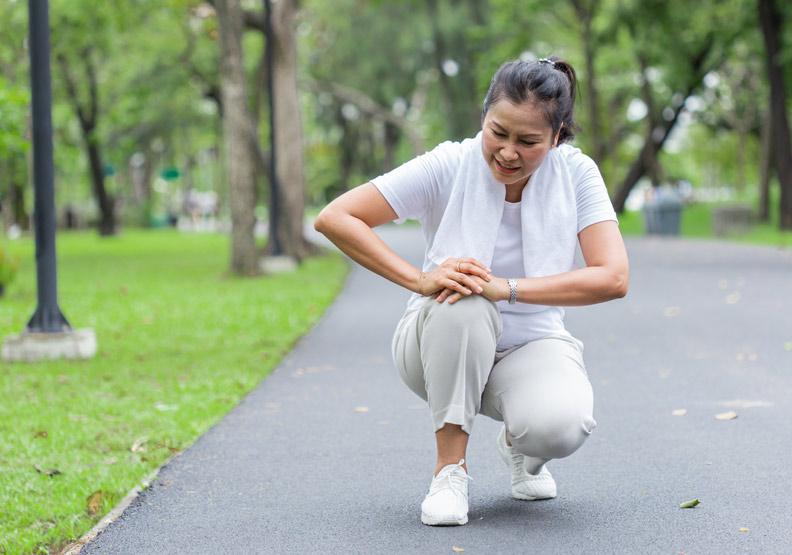 為何女性膝關節置換率高?骨科權威分析4關鍵:肌力、荷爾蒙、骨骼、鞋子