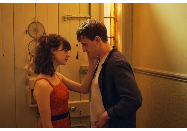 男女主角,一個渴望被愛,一個因為自卑不敢愛,原因都來自於成長過程中的獨特經驗。圖片來自於Catchplay