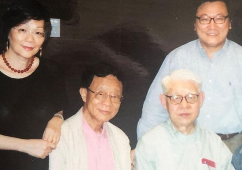 2008年5月李歐梵教授夫婦(左一和左二)在香港九龍介绍林毓生(中)和作者(右一)認識。(圖/周天瑋提供)