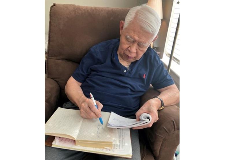 林毓生書寫已經有些吃力了,但是力抗病魔。(圖/周天瑋提供)